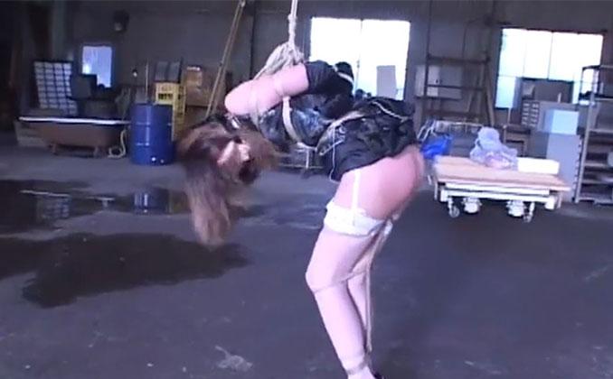 人気のない廃工場で猿ぐつわに緊縛で吊られ敏感な秘所を刺激に耐えるコスプレ美人