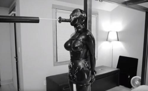 ボンデージスーツで自由と視界を奪われマシンによるディルドの強制フェラに電マの快楽拷問に選択肢は逝くだけ