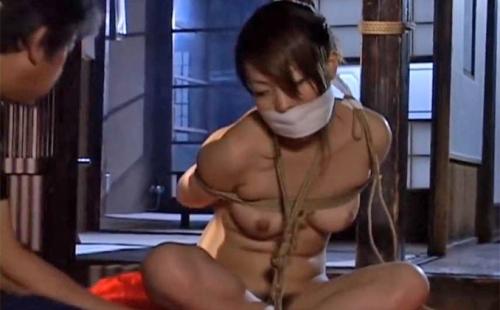 麻縄で屈曲に縛り上げ猿轡を噛ませた全裸の躰を竹棒で甚振る痛みと快楽を与え続け理性崩壊で絶頂に貶める